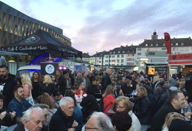 Auf dem Neumarkt blieben an diesem Wochenende kulinarisch kaum Wünsche offen, zahlreiche Besucher kamen zum Street Food and Music Festival. (Foto: © Laura Mertens)