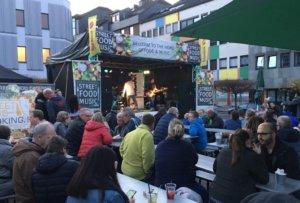 Das Besondere am Street Food and Music Festival in Solingen: Die Kombination mit der Live-Musik. Gleich mehrere Bands sorgten dieses Wochenende auf der Bühne für ausgelassene Party-Atmosphäre. (Foto: © Laura Mertens)