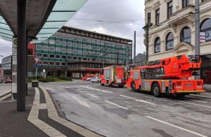 Die Einsatzkräfte der Feuerwehr werden von den Mitarbeiterinnen undMitarbeitern der Technischen Betriebe Solingen (TBS) unterstützt. (Foto: © AWEOS)