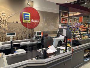 Zum Schutz der Mitarbeiterinnen und Mitarbeiter haben in der Corona-Krise viele Supermärkte ihre Kassen mit Spuckschutzwänden ausgestattet. Die Felder GmbH ist ein Solinger Unternehmen, das diese anbeitet. (Foto: © Felder GmbH)
