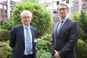 Dr. Sven Propson (re.) ist neuer Chefarzt der Kinderklinik im Klinikum Solingen. Sein Vorgänger Dr. Volker Soditt ging jetzt in den Ruhestand. (Foto: © Bastian Glumm)