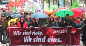 """Das Motto der diesjährigen Maikundgebung lautete: """"Wir sind viele. Wir sind eins."""" Mehrere Hundert Menschen nahmen am Demonstrationszug durch die Solinger City und der anschließenden Kundgebung auf dem Neumarkt teil. (Foto: © B. Glumm)"""