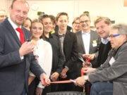 """Feierlich wurde in der Alexander-Coppel-Gesamtschule am Dienstagabend ein Fachraum der """"Talent Company"""" eröffnet. Schülern soll dort Berufsorientierung geboten werden. (Foto: © Bastian Glumm)"""