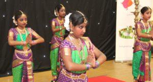 Am Samstag ludt die Tamilische Gemeinde Solingen in ihre Räume im Technischen Berufskolleg zum Tag der offenen Tür ein. Unter anderem zeigten die Jugendlichen der Gemeinde landestypische Tänze. (Foto: © B. Glumm)