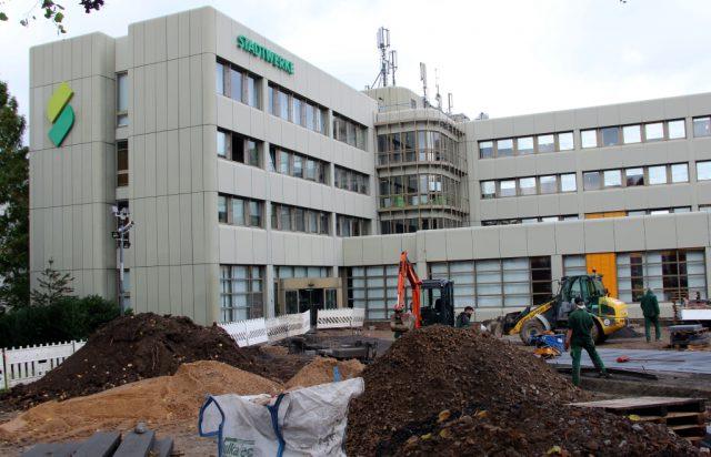 Vor dem Hauptgebäude der Stadtwerke an der Beethovenstraße wird derzeit gebaut. Dort entstehen auch neue Stellplätze und Ladesäulen für Elektroautos. (Foto: © B. Glumm)