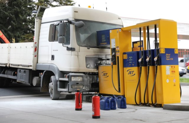 Zu einem Unfall in einer Tankstelle wurde die Feuerwehr am Dienstagnachmittag zur Wuppertaler Straße in Gräfrath gerufen, ein LKW krachte in eine Zapfsäule. (Foto: © Das SolingenMagazin)