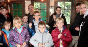 Stolz wie Oskar: Kinder und Erwachsene ziegen ihre Taschenmesser, die sie am Freitag in der Reiderei Lauterjung selbst gebaut haben. Scherenschleifer Jürgen Schrage (hinten) vom Industriemuseum führte durch den Kurs. (Foto: © B. Glumm)