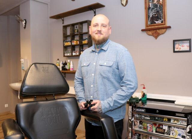"""Der 36-jährige Solinger Dominic Wittgens betreibt sein 100 Quadratmeter großes Tatoo-Studio """"oldbones-tattoo"""" mitten im Walder Schlauch. (Foto: © Bastian Glumm)"""