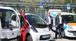 Treiben die E-Mobilität bei den Technischen Betrieben Solingen (TBS) voran: v.li. Heidi Baltes, Leiterin des Fuhrparkmanagements, Stadtdirektor Hartmut Hoferichter und TBS-Leiter Martin Wegner. (Foto: © Bastian Glumm)