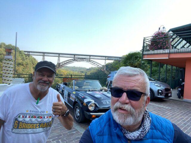 Ziel für den Dienstag erreicht: Jürgen Beu (li.) und Uli Preuss vor der Ponte San Michele in Italien. (Foto: © Team Friedensdorf)