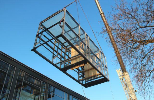 Am Donnerstagmorgen schwebte das neun Tonnen schwere Aufzugsgerüst für das Theater und Konzerthaus am Kran ein. (Foto: © B. Glumm)