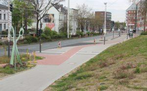 Der Bereich der Konrad-Adenauer-Straße in Fahrtrichtung City am Fußgängerüberweg und rund um die Bushaltestelle präsentiert sich inzwischen sehr aufgeräumt und stimmig. (Foto: © B. Glumm)