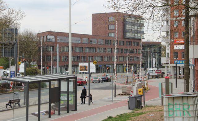 Während die Konrad-Adenauer-Straße auf Vordermann gebracht wird, sieht es in vielen Bereichen der Nordstadt nebenan eher bescheiden aus. Mit einer Umfrage möchte die Stadtverwaltung nun ermitteln, wo der Schuh beim Handel drückt. (Foto: © B. Glumm)