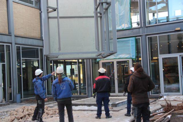 Im Januar schwebte das neue Aufzugsgerüst in den Innenhof des Theater und Konzerthauses. Ab Juli wird die bestehende Toilettenanlage entkernt und komplett erneuert. (Archivfoto: © B. Glumm)
