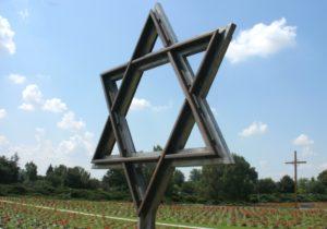 """Vor dem Haupteingang der """"Kleinen Festung"""" in Theresienstadt befindet sich ein Nationalfriedhof. (Foto: © Bastian Glumm)"""