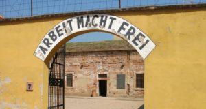 """Zugang zum Verwaltungshof der """"Kleinen Festung"""" in Theresienstadt, wo die Gestapo seit 1940 ein Gefängnis unterhielt. (Foto: © Bastian Glumm)"""