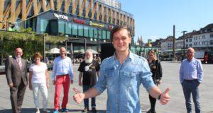 Thomas Godoj ist der Top-Act der 11. Sommerparty Echt.Scharf.Solingen im August. Auch im Hintergrund freuen sich v.li Ralf Lindl, Centermanager des Hofgarten, Susanne Garpheide-Keusen von der W.I.R., Jan Höttges vom Initiativkreis, Philipp Müller, Musikmanager der Sommerparty, Cornelia Kreitzberg vom Initiativkreis und Detlef Ammann, Vorsitzender der W.I.R.. (Foto: © B. Glumm)