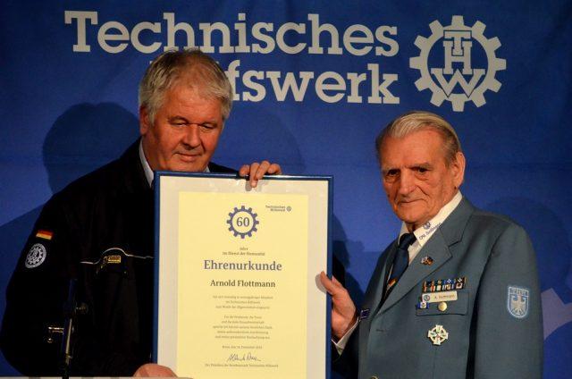 Albrecht Broemme, Präsident der Bundesanstalt THW (li.) überreicht Arnold Flottmann die Ehrenurkunde für 60 Jahre Mitgliedschaft. Flottmann war bereits im Alter von 19 Jahren Mitglied beim THW geworden. (Foto: © Martina Hörle)