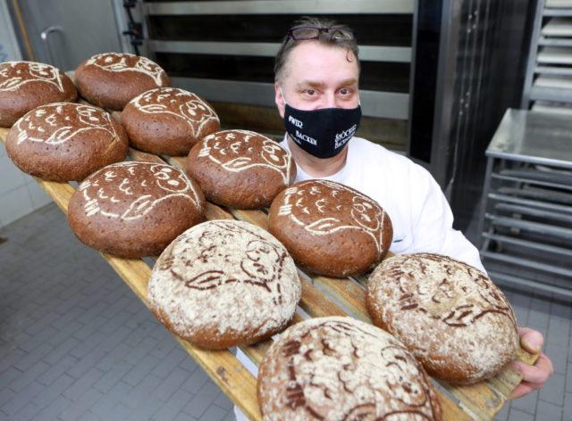Bäckermeister Ralf Vogelskamp von der Solinger Bäckerei Stöcker mit dem
