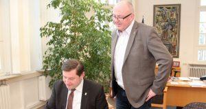 Am Freitag hat Oberbürgermeister Tim Kurzbach (SPD, li.) eine Vereinbarung mit dem NRW-Arbeitsministerium unterzeichnet. Mike Häusgen, Leiter des Solinger Jobcenters, schaute ihm dabei über die Schulter. (Foto: B. Glumm)