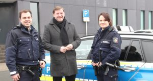 Oberbürgermeister Tim Kurzbach war am Montagvormittag mit den Polizeikommissaren Susanne Tahn und Benedikt Burgs in Solingen auf Streife. (Foto: © B. Glumm)