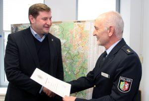 """Mit leeren Händen musste OB Kurzbach seine """"Schicht"""" bei der Polizei nicht beenden. er bekam von Robert Hall, Chef der Polizeiinspektion Solingen, eine Urkunde. (Foto: © B. Glumm)"""