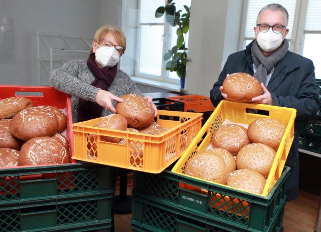 Die Firma Brangs & Heinrichs hat 300 Tierpark-Brote an die Solinger Tafel gespendet. Geschäftsführer Stephan A. Vogelskamp übergab jetzt die ersten 25 Brote an Brigitte Funk von der Solinger Tafel. (Foto: © Solinger Tafel)