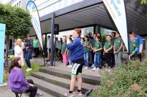 Musical-Sängerin Jessica Kessler wurde in Remscheid beim Singen des Tourlieds von Kindern des Felix Kids-Clubs unterstützt. (Foto: © Bastian Glumm)