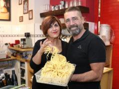 Angela und Pietro Russo betreiben seit 15 Jahren das Pasta Fresca Russo an der Weyerstraße. In der Trattoria werden die Nudeln noch selbstgemacht. (Foto: © Bastian Glumm)