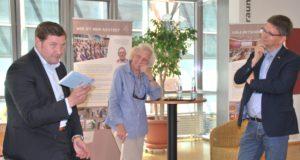 """Als gläubiger Katholik eröffnete am Dienstag Oberbürgermeister Tim Kurzbach (li.) die Ausstellung """"Typisch evangelisch"""" in der Stadtbibliothek. (Foto: © Stadt Solingen)"""