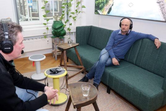 """""""FRANK B.trifft"""" nennt sich der Podcast der Wirtschaftsförderung Solingen. Produziert sind inzwischen 15 Sendungen, auf dem Foto ist Wirtschaftsförderer Frank Balkenhol (re.) im Gerspräch mit Jörg Föste vom Bergischen HC. (Foto: © Bastian Glumm)"""