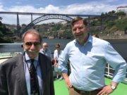Solingens Oberbürgermeister Tim Kurzbach (r.) mit Portos Beauftragtem für das Welterbe, Rui Loza, bei einer Bootsfahrt vor der Brücke Ponte Maria Pia in Porto. (Foto: © Thomas Kraft/Stadt Solingen)