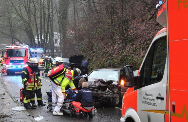 Zu einem schweren Verkehrsunfall kam es am Mittwoch auf der Burgtalstraße. Zwei Fahrzeuge kollidierten, beide Fahrer mussten ins Krankenhaus gebracht werden. (Foto: © Tim Oelbermann)
