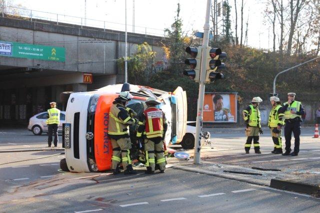 Am Donnerstagvormittag wurde ein Notarzteinsatzfahrzeug (NEF) der Berufsfeuerwehr auf einer Einsatzfahrt in einen schweren Verkehrsunfall verwickelt. (Foto: © Das SolingenMagazin)