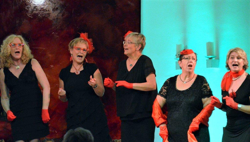 Zum Song Lollipop gab es zahlreiche rote Accessoires. Danach wurden kleine Lollis in Herzform an das Publikum verteilt. (Foto: © Martina Hörle)