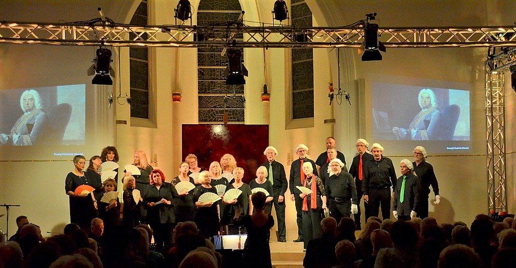 Fächer für die Damen und Lockenperücken für die Herren gaben der Gavotte Dubidu von Händel erst den passenden Schliff. (Foto: © Martina Hörle)