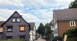 Auch die Müngstener Straße in Unterburg kann trotz Schutt und Sperrmüll rechts und links der engen Straße befahren werden. (Foto: © Kommunaler Ordnungsdienst/Stadt Solingen)
