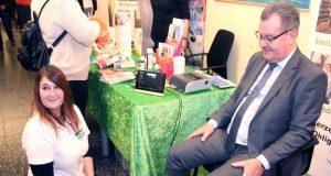 Eine Venenmessung gehört zum Leistungsspektrum des Sanitätshauses Köppchen. Hier lässt sich Bürgermeister Ernst Lauterjung auf dem Selbsthilfetag im Klinikum durchchecken. (Archivfoto: © B. Glumm)
