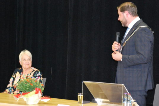 Doris Schulz wurde von Oberbürgermeister Tim Kurzbach mit der Verdienstmedaille der Bundesrepublik ausgezeichnet. (Foto: © Stadt Solingen / St. Mergehenn)