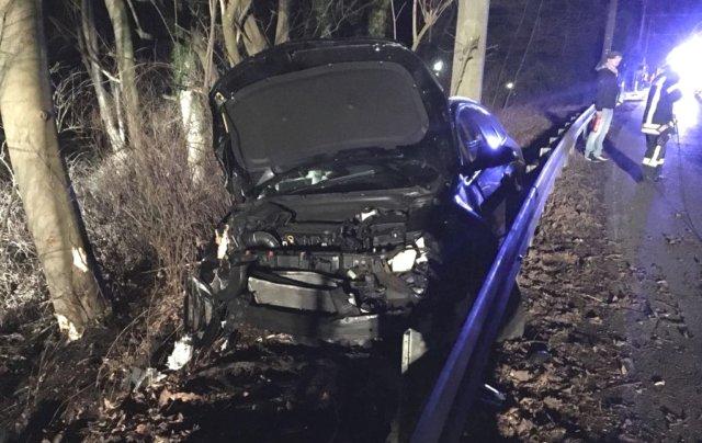 Am Samstagabend kam ein 22-Jähriger mit seinem Opel von der Burger Landstraße ab und wurde von der Leitplanke aufgehebelt. (Foto: © Tim Oelbermann)