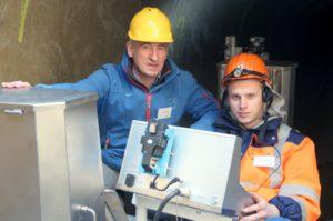 TBS-Projektleiter Stefan Grotzki (li.) ist stolz auf das innovative System, das es derzeit nur als Prototyp in Solingen gibt. Sein Mitarbeiter Denis Kotyrba steuert die beiden Wagen. (Foto: © B. Glumm)