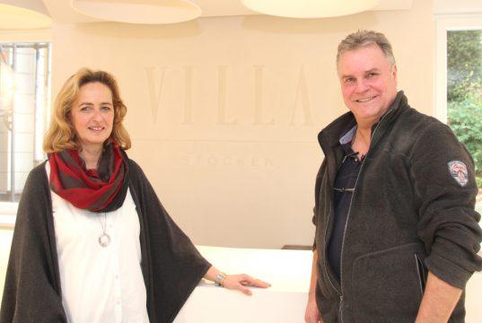 """Heike und Thomas Kissling sind sehr stolz auf ihre """"Villa Stöcken"""". In den vergangenen fast sieben Jahren hat das Ehepaar ein einzigartiges Showroom-Konzept umgesetzt. (Foto: © Bastian Glumm)"""