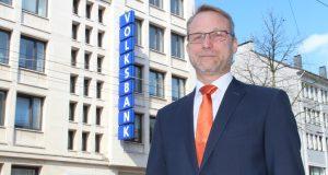 Torsten Lohe ist Baufinanzierungsexperte der Volksbank Remscheid-Solingen eG. Er berät seine Kunden im Baufinanziergungscenter der Filiale an der Kölner Straße. (Foto: © B. Glumm)