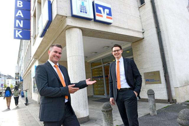 Jörg Guardiera (l.) stellt seinen Nachfolger vor: Benjamin Schulz ist neuer Filialleiter der Volksbank in Solingen-Mitte. Jörg Guardiera wechselt in die Firmenkundenbetreuung. (Foto: © Volksbank/Bettina Osswald)
