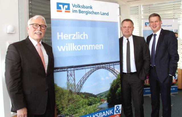 Schauen auf ein gutes Jahr 2017 zurück und sind für 2018 sehr optimistisch: v.li Die Vorstände der Volksbank im Bergischen Land Lutz Uwe Magney, Andreas Otto und Hardy Burdach. (Foto: © Bastian Glumm)
