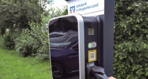 Unterstützung für die E-Mobilität gibt es jetzt bei der Volksbank im Bergischen Land: Vor ihrer Hauptverwaltung am Tenter Weg in Remscheid hat die bergische Bank öffentlich zugängliche Ladesäulen für E-Autos installiert. (Foto: © Volksbank)