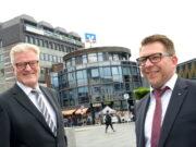 """Auf dem """"Signalhaus"""" am Neumarkt dreht sich das Volksbank-Logo: Hier sitzt das FirmenkundenCenter, dessen Leiter Jürgen Hammacher (l.) den Staffelstab nun an Markus Dabringhausen weitergibt. (Foto: © Volksbank/Bettina Osswald)"""