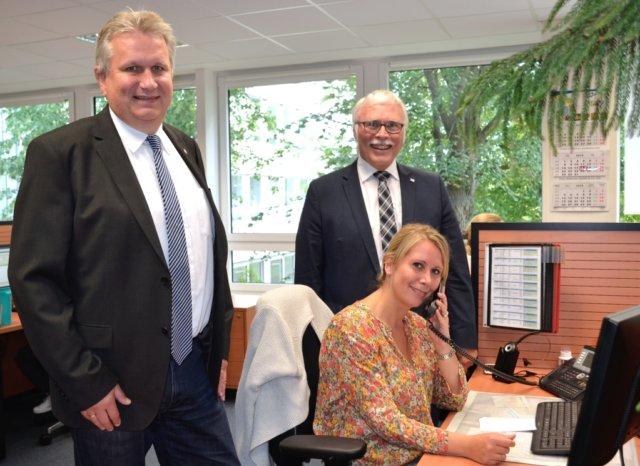 Selma Schischke gehört zu den Mitarbeiterinnen im VolksbankBeratungsTeam. Detlef Kappel (l.) leitet das Team. Vorstand Lutz Uwe Magney ist stolz auf die zehnjährige Erfolgsgeschichte. (Foto: © Volksbank)