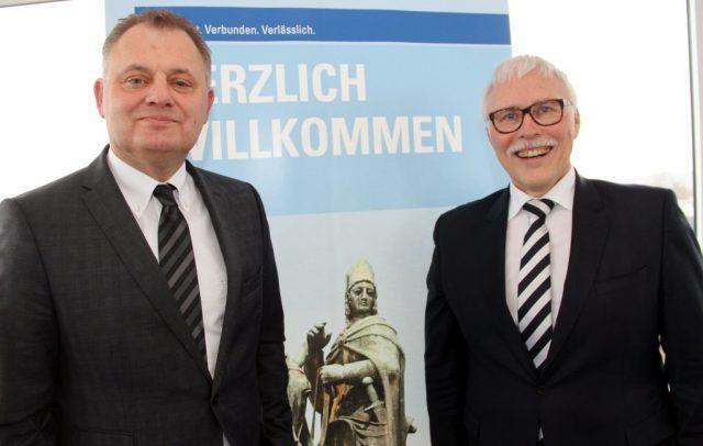 Freier WLAN-Zugang ist dank Freifunk in zahlreichen FIlialen der Volksbank Solingen-Remscheid eG möglich. Die Volksbank-Vorstände Andreas Otto (li.) und Lutz Uwe Magney. (Foto: © B. Glumm)