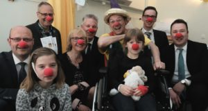 """Dank einer Volksbank-Spende ist es dem Verein """"Lachen schenken"""" möglich, den Einsatz des Clowns """"Ötti"""" an der Kinderklinik in Solingen zu finanzieren. (Foto: © Volksbank/Jürgen Moll)"""